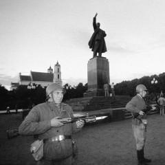 1990-08-23-prie-Lenino-paminklo-
